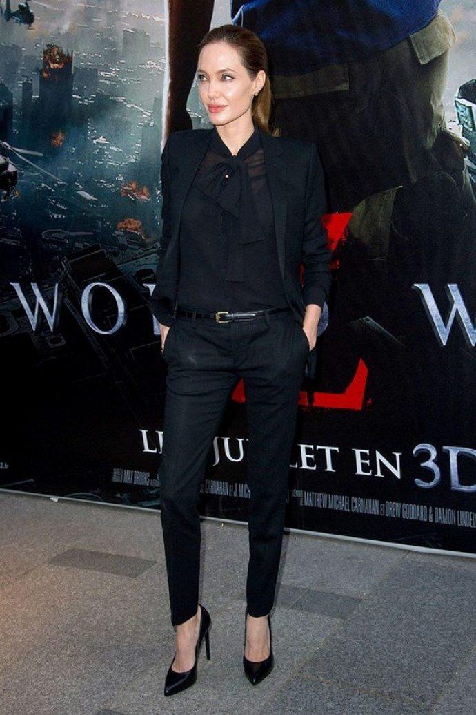Анджелина Джоли на фоне постера