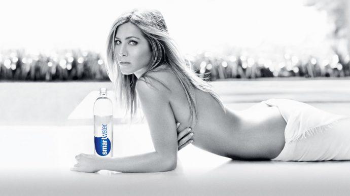 Дженнифер Энистон и бутылка воды