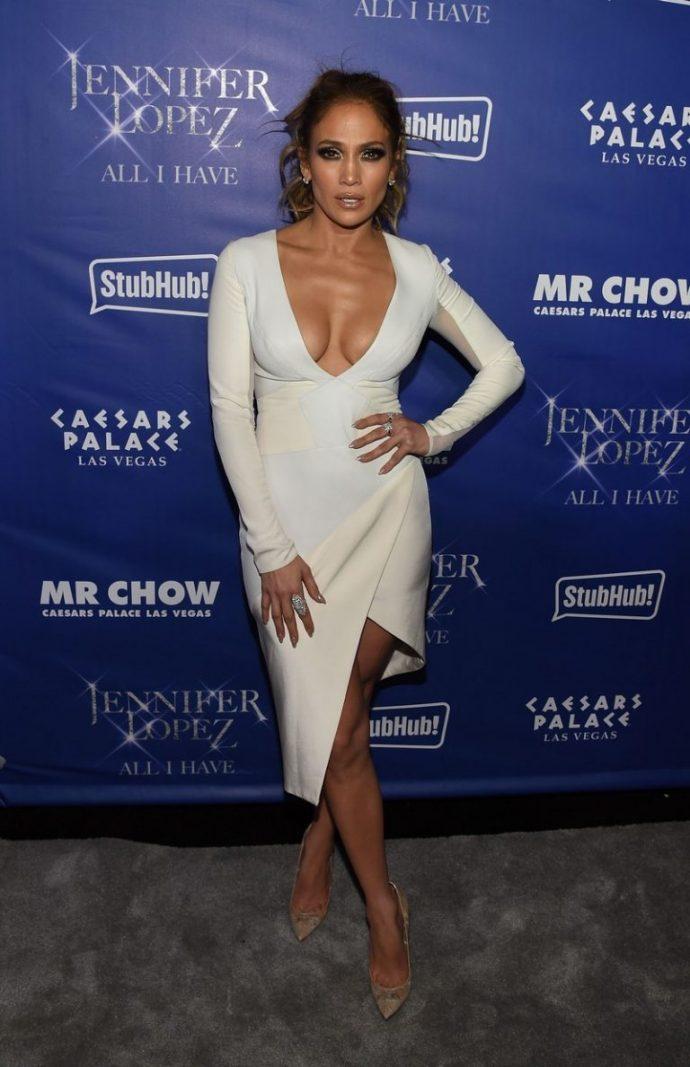 Дженнифер Лопез в белом платье