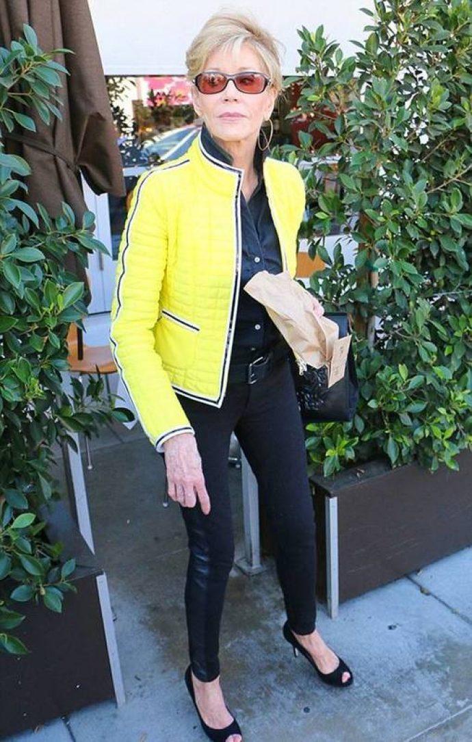 Джейн Фонда в жёлтой куртке