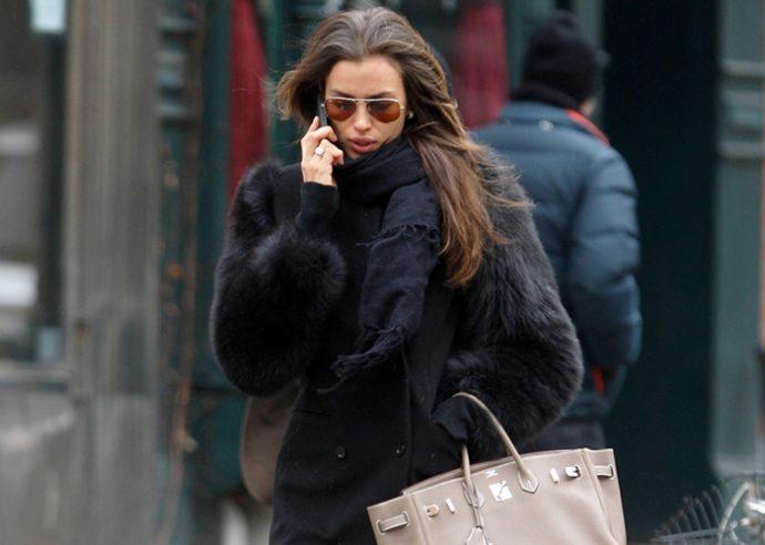Ирина Шейк на улице разговаривает по телефону