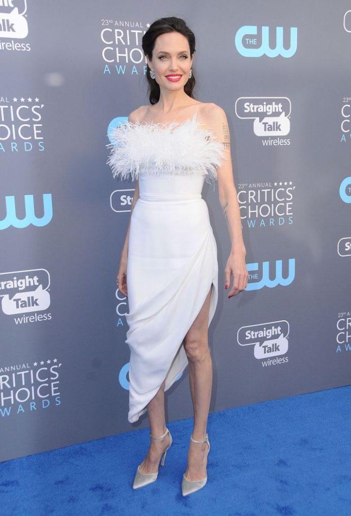 Похудевшая Анджелина Джоли в белом платье