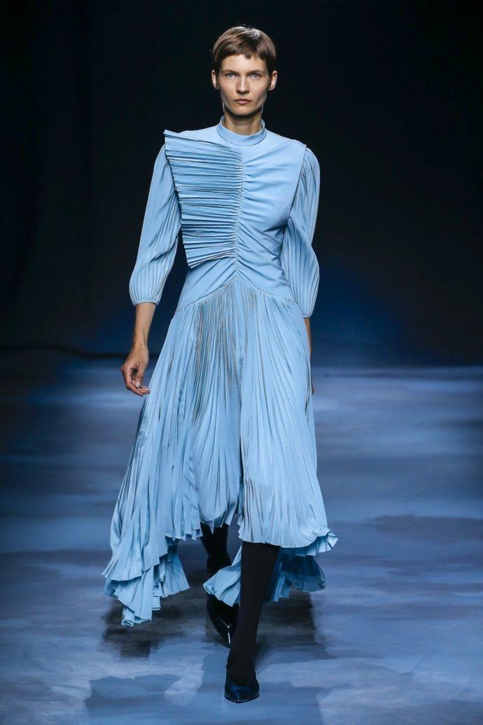 Модель в голубом платье