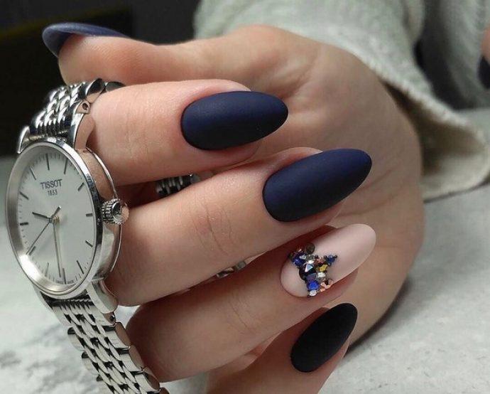 Маникюр темно-синий с нежно-розовым