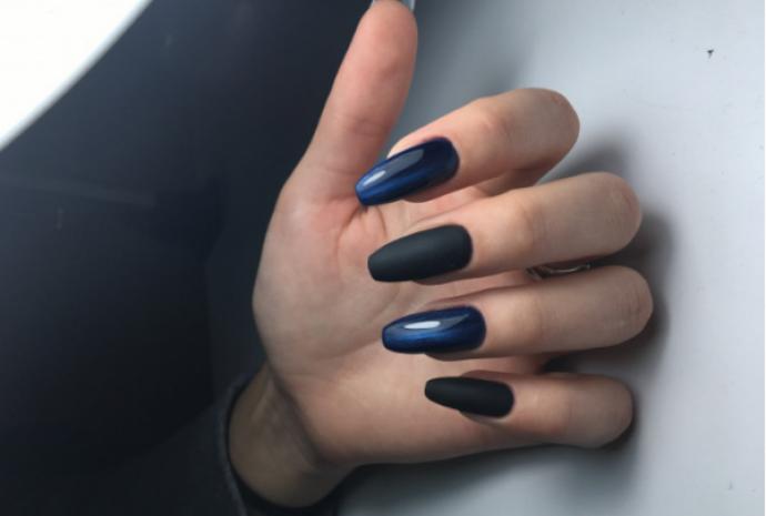 Темно-синий маникюр кошачий глаз