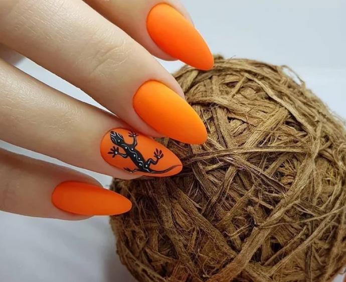 Чёрно-оранжевый маникюр с ящерицей