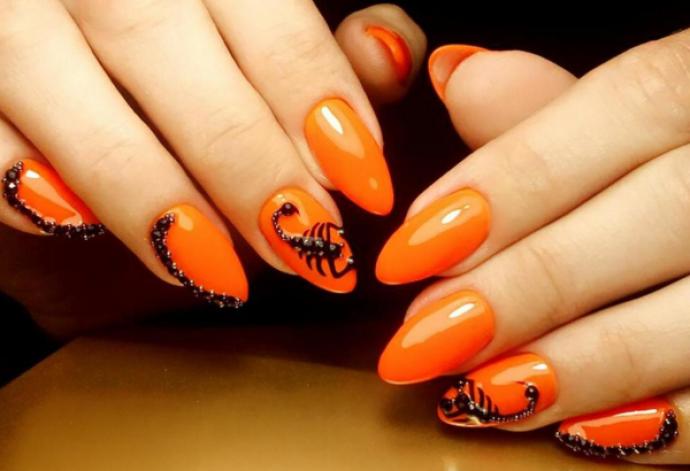 Чёрно-оранжевый маникюр со скорпионом