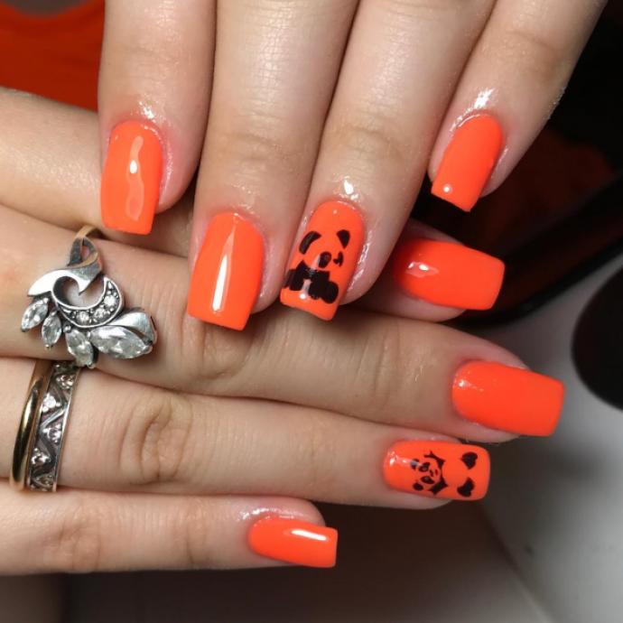 Чёрно-оранжевый маникюр с пандой