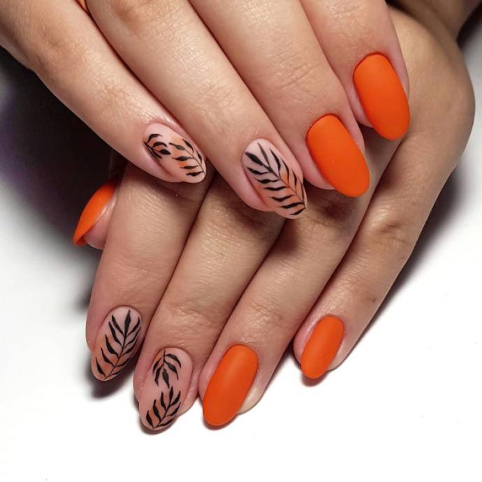 Чёрно-оранжевый маникюр с растительным орнаментом