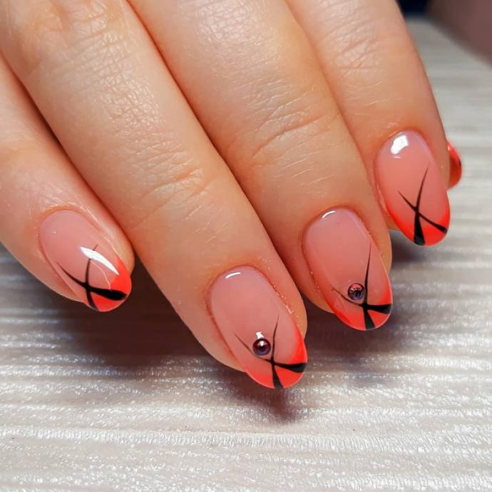 Нежный чёрно-оранжевый маникюр