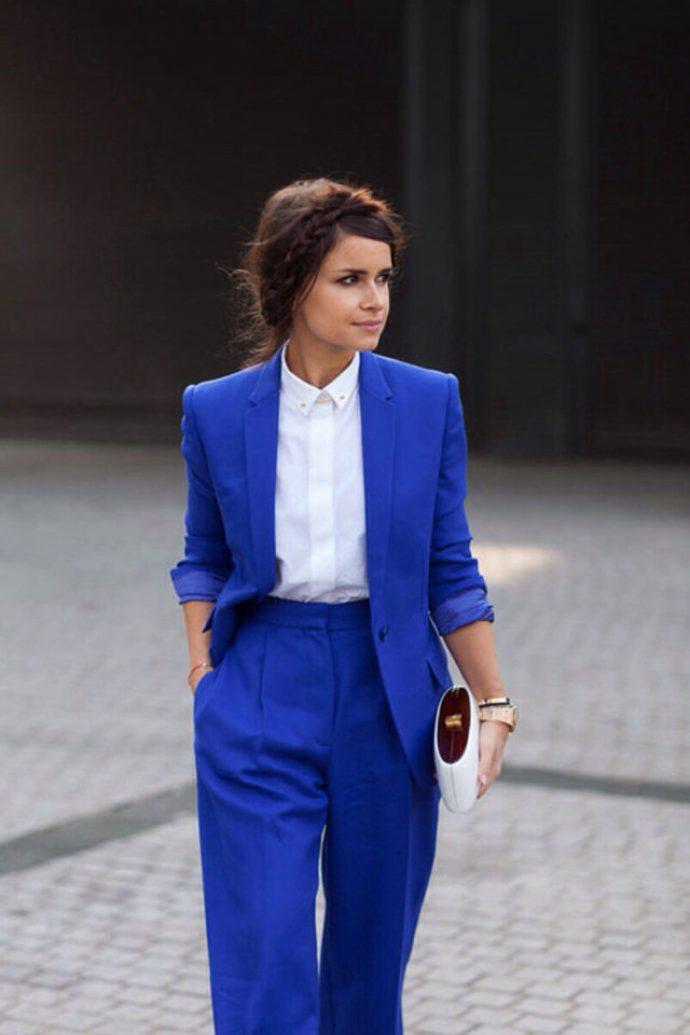 Девушка в белой рубашке и синем костюме