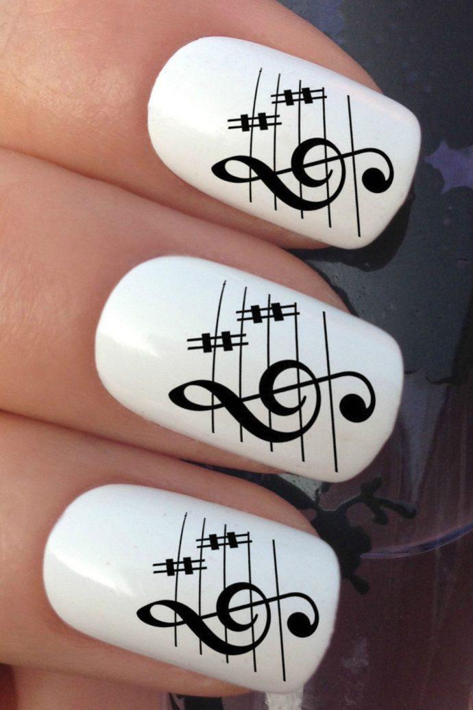 Белый маникюр со скрипичным ключом
