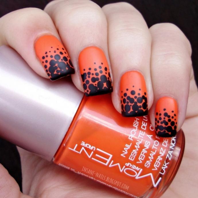 Чёрно-оранжевый маникюр с горошком