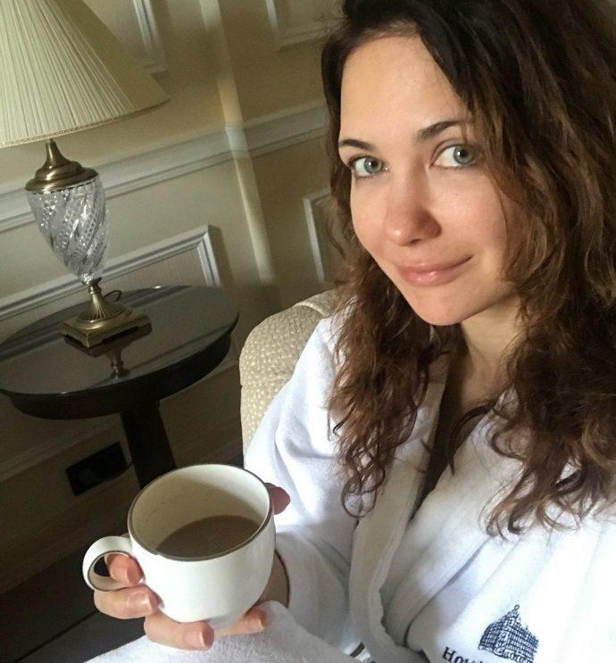 Екатерина Климова пьёт кофе