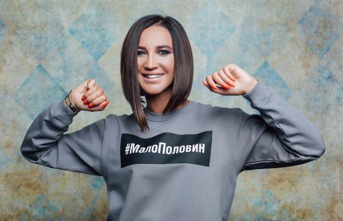 Ольга Бузова в сером свитшоте