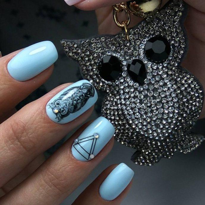Маникюр голубого цвета с совами