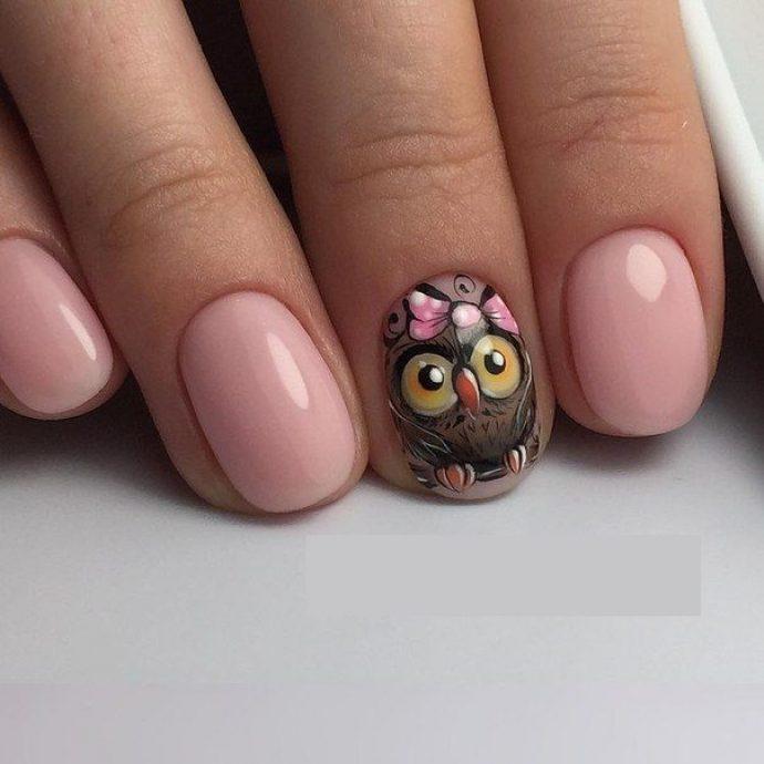 Розовый маникюр с совами