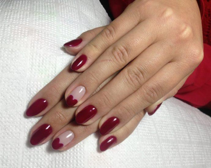 Маникюр насыщенно-красного цвета на 14 февраля