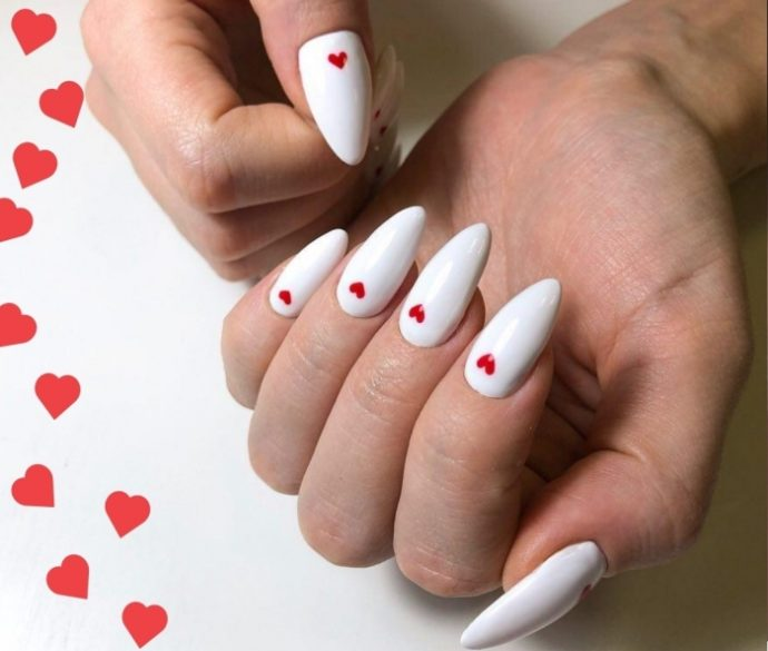 Белый маникюр с красными сердечками на 14 февраля