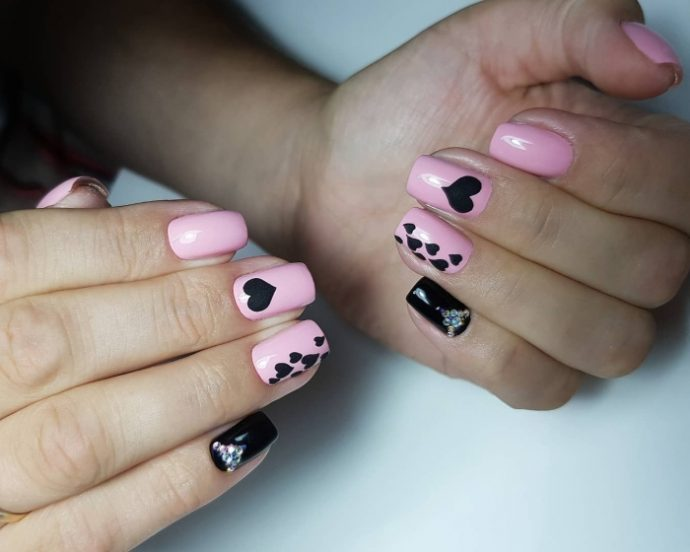 Маникюр розовый с черным на 14 февраля
