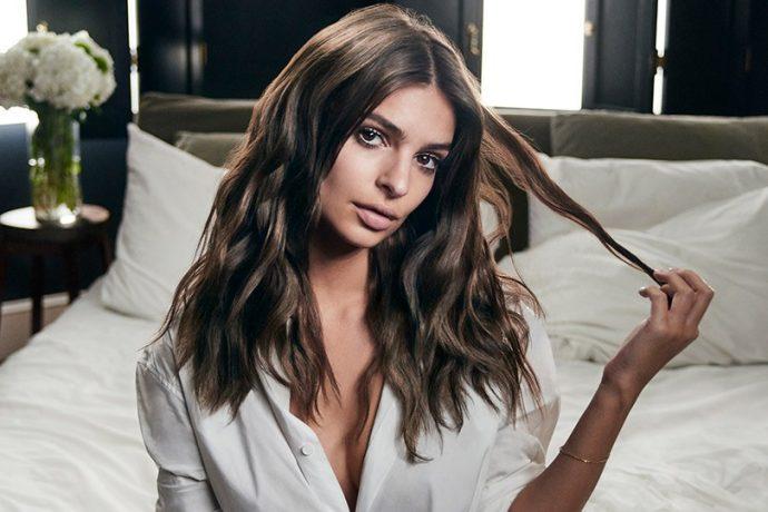 Эмили Ратаковски держит прядь волос