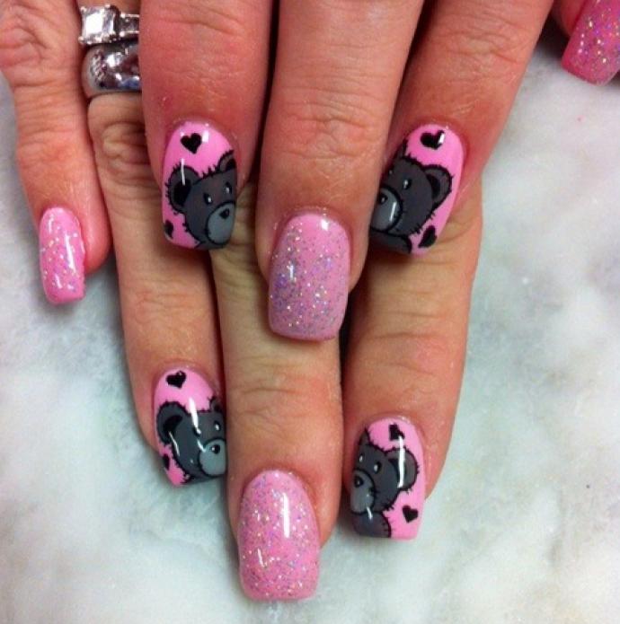 Розовый маникюр с мишками Тедди