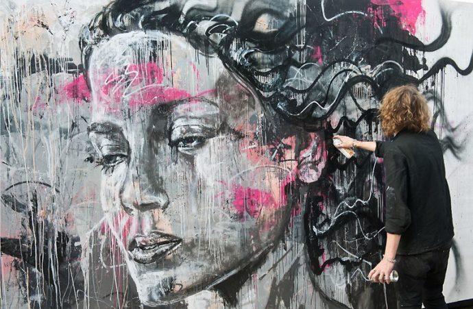 Парень рисует граффити