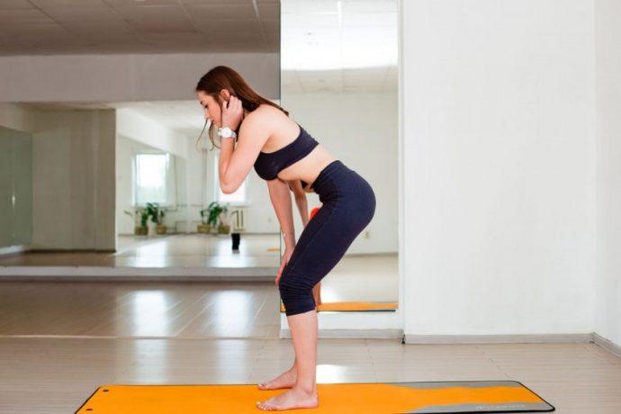 Выполнение упражнения вакуум в положении стоя