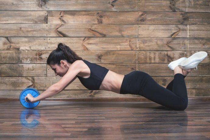 Упражнение на пресс с гимнастическим роликом