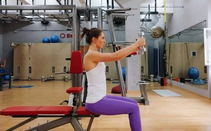 Подъём гантелей сидя для накачивания грудных мышц