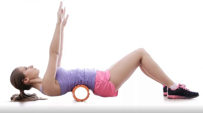 Выполнение упражнения с гимнастическим роликом