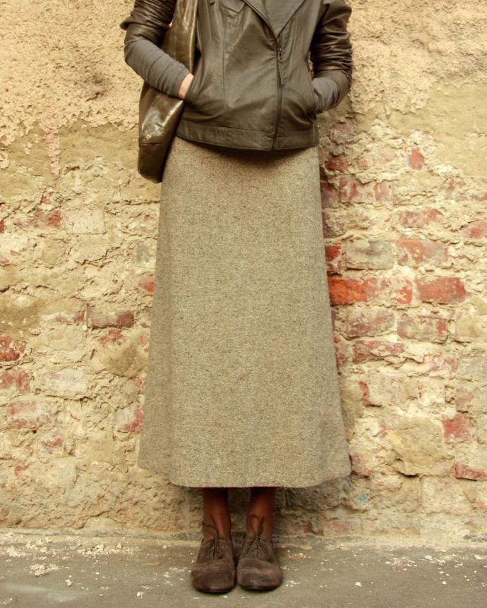Лук с твидовой юбкой и кожаной курткой
