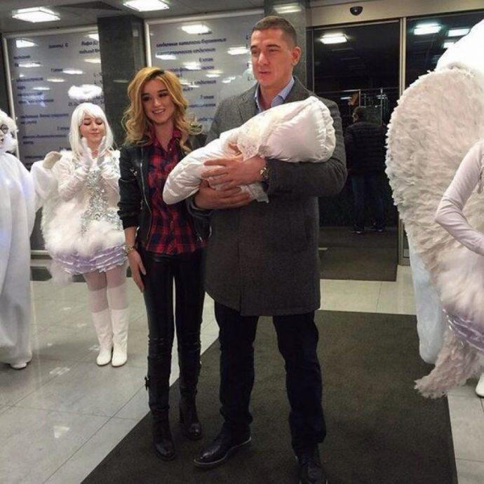 Ксения с мужем и новорождённой дочкой