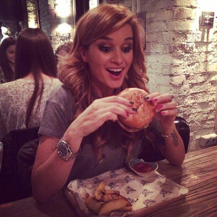 Ксения Бородина ест гамбургер