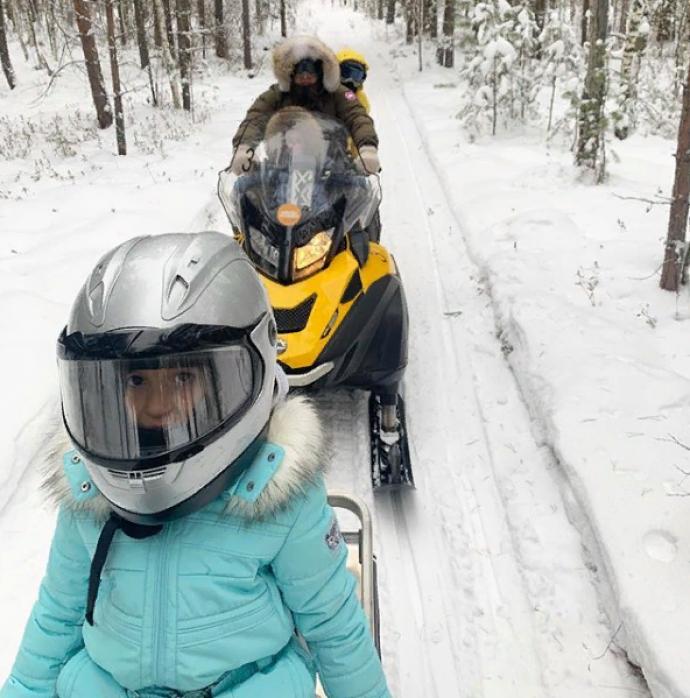 Ксения Бородина с семьёй на снегоходах