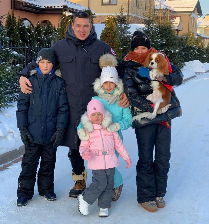 Ксения Бородина с семьёй на прогулке