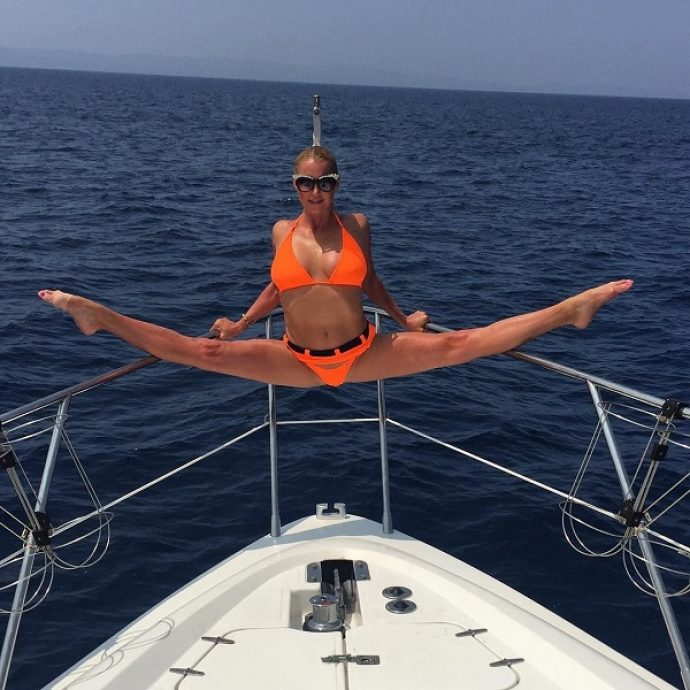 Анастасия Волочкова в шпагате на яхте