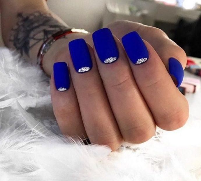 Синие ногти с серебристыми лунками