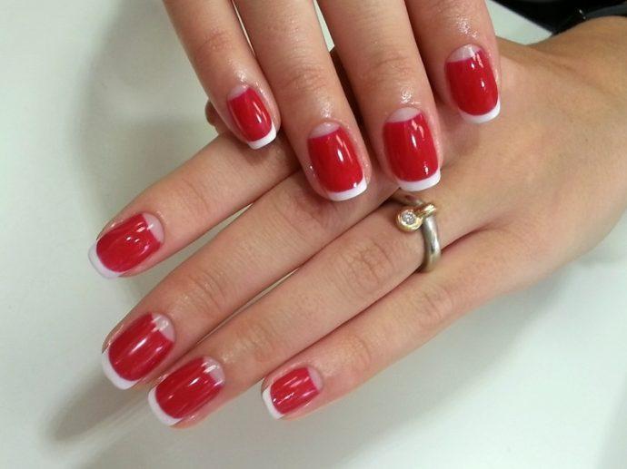 Лунный и французский маникюр на красных ногтях