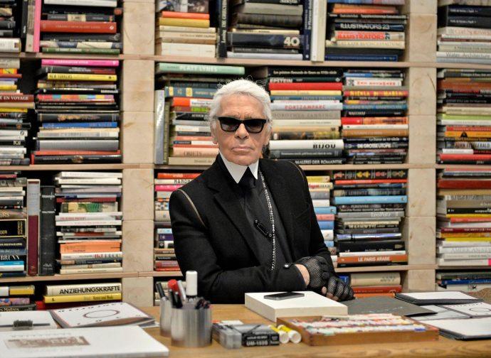 Карл Лагерфельд на фоне шкафа с книгами