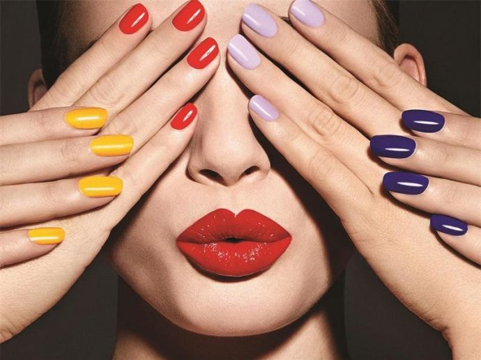 Маникюр разных цветов на женских руках