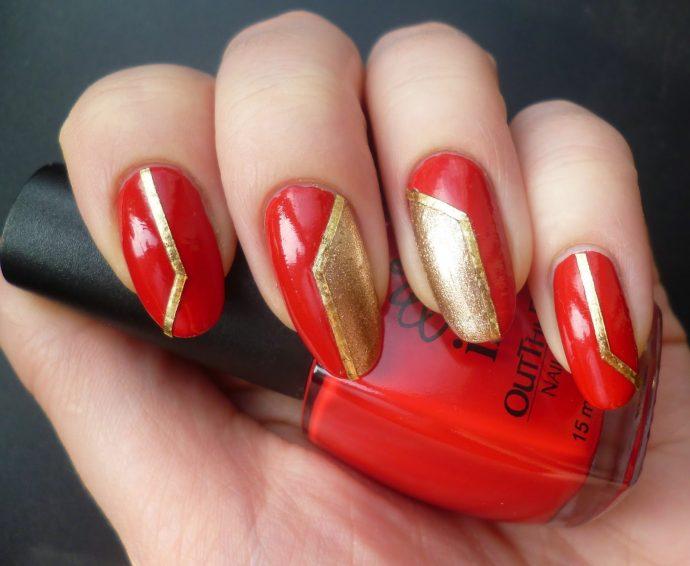 Красный маникюр с геометрическими фигурами золотого цвета