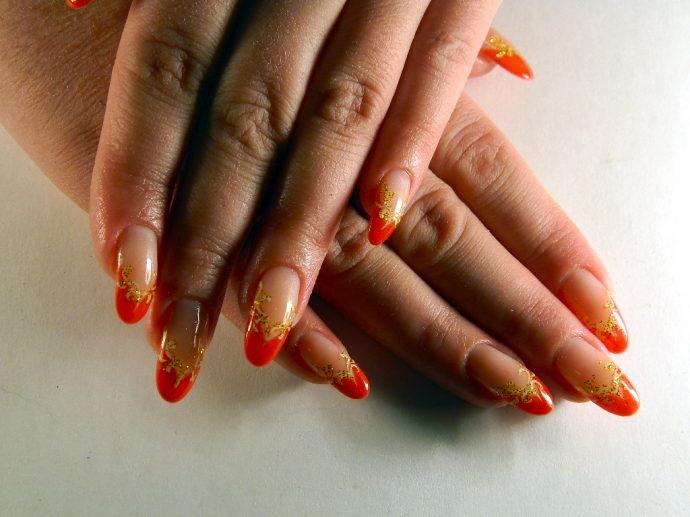 Красно-золотой французский маникюр
