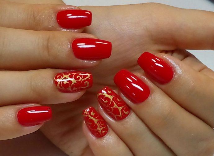 Красный маникюр с золотой росписью