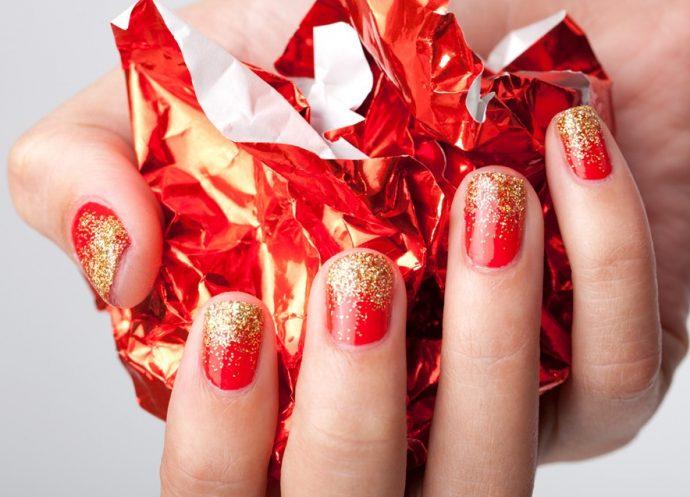 Алые ногти с золотыми блёстками у свободного края