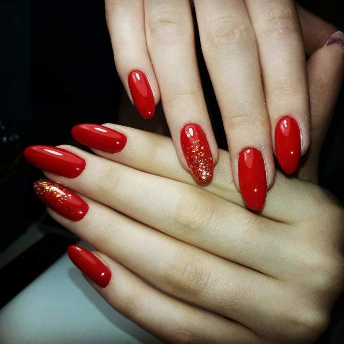 Длинные ногти с красным лаком и блёстками