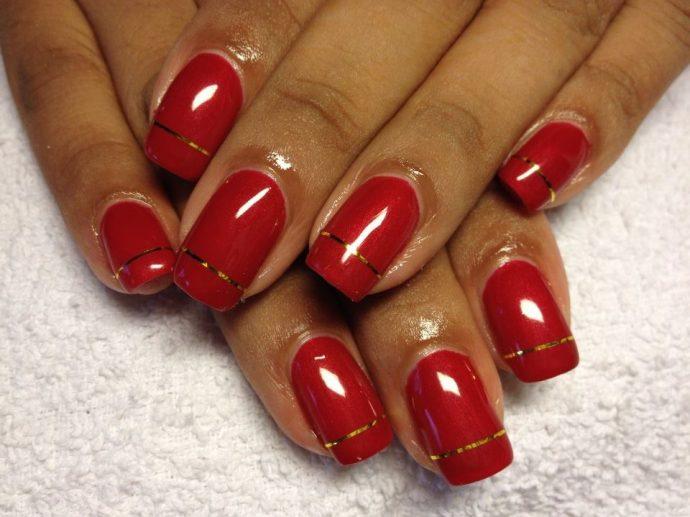 Красные ногти с золотой полосой