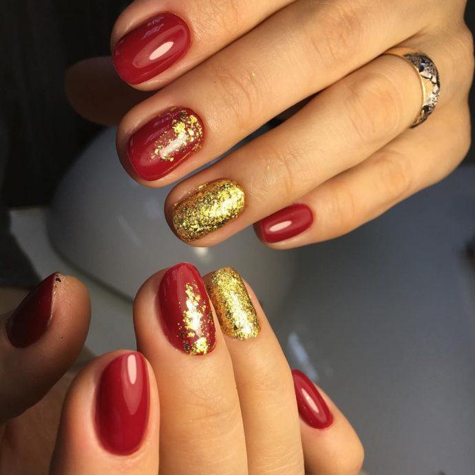 Красно-золотой маникюр на ногтях средней длины