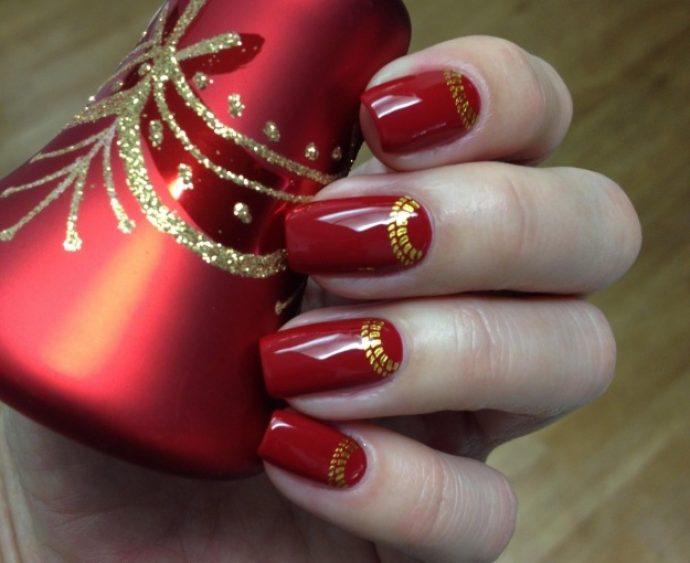 Длинные алые ногти с золотым узором на лунках