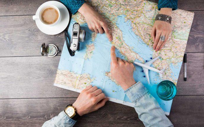 Парень с девушкой смотрят карту мира